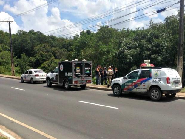 Corpo de homem foi encontrado em área de mata na Av. do Turismo, em Manaus (Foto: Rádio Amazonas FM)