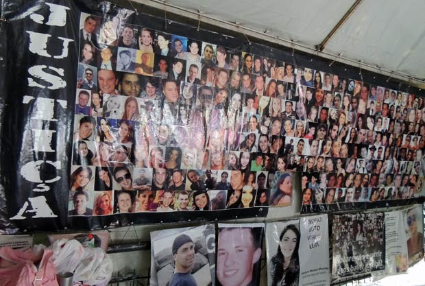 Fotos de vítimas estampam a tenda da AVTSM no Centro de Santa Maria (Foto: Felipe Truda/G1)