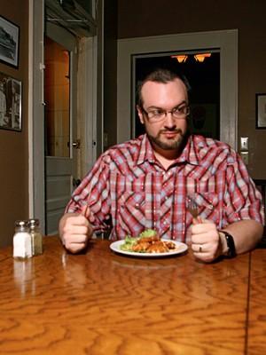 IRRACIONAL David McRaney encenando uma de suas teses. Quando tentamos controlar o apetite e a preguiça, o cérebro trabalha contra nós (Foto: Mon Musslett)