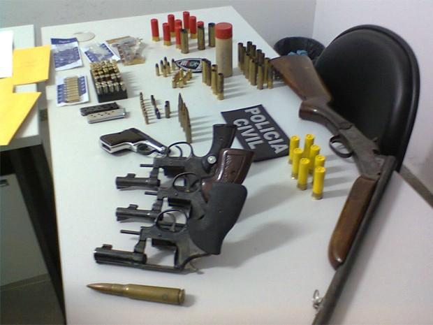 Policial reformado comercializada armas e munições (Foto: Divulgação/Delegacia de Vigilância Geral)
