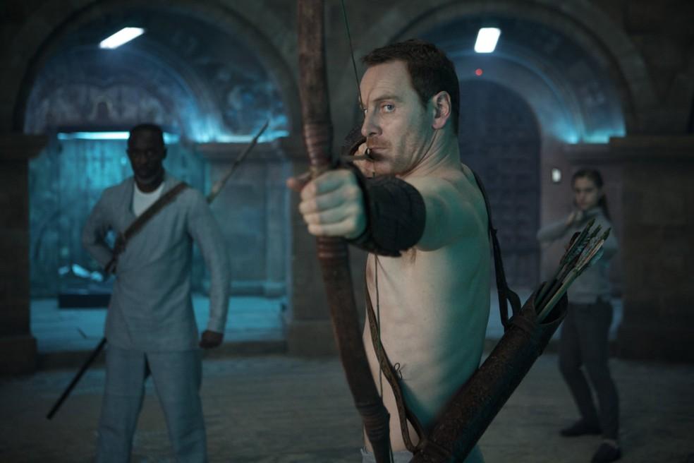 Michael Kenneth Williams divide cena com Michael Fassbender em momento atual do filme (Foto: Divulgação)
