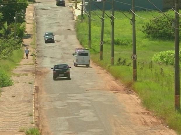Motoristas passam na contramão para desviar de buracos (Foto: Reprodução/TV TEM)