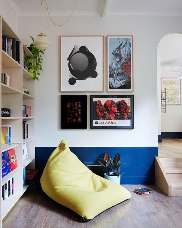 Décor do dia: sala com cores primárias e parede bicolor (Foto: Divulgação)