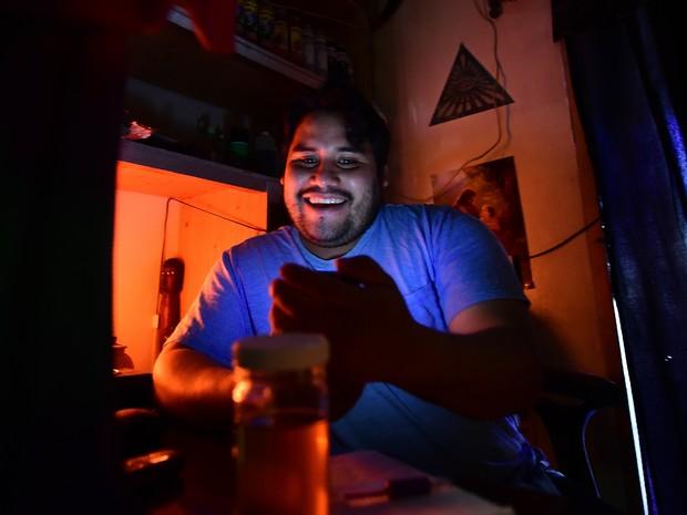 Um curandeiro trata o medo dos latinos por Trump (Foto: Frederic J. Brown / AFP)