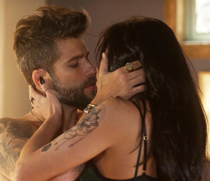 Mario beija Paula depois de dormir com a gata (Foto: TV Globo)