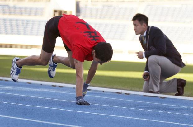 Katsumi Tamakoshi quebrou o recorde mundial ao correr 100 metros  de quatro em 15s86  (Foto: Eugene Hoshiko/AP)