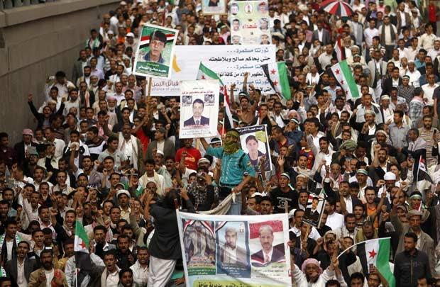 Manifestantes marcham pedindo julgamento para Ali Abdullah Saleh nesta terça-feira (11) em Sanaa, capital do Iêmen (Foto: AFP)