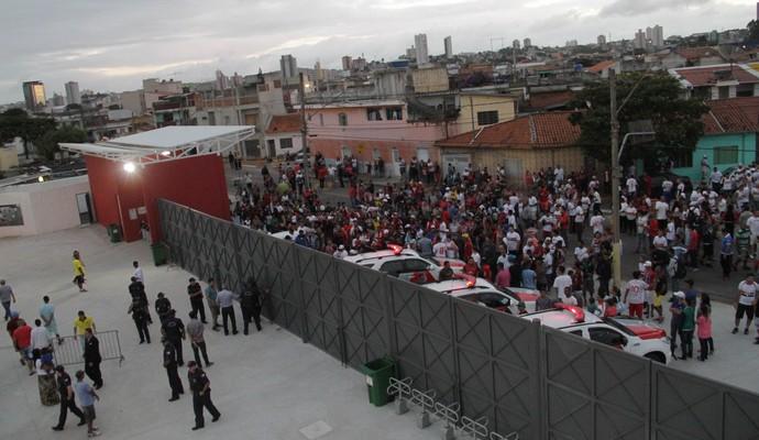 Com o estádio Nogueirão superlotado, muita gente não conseguiu entrar para ver o jogo do São Paulo (Foto: Antonio Cícero / Framephoto / Estadão Conteúdo)