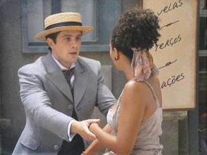 Albertinho e Berenice se esbarram (Foto: Lado a Lado/Tv Globo)