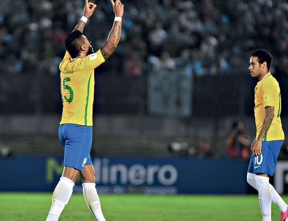 Paulinho questionado,e Neymar,o inevitavel,contra o Uruguai (Foto: DANTE FERNANDEZ)