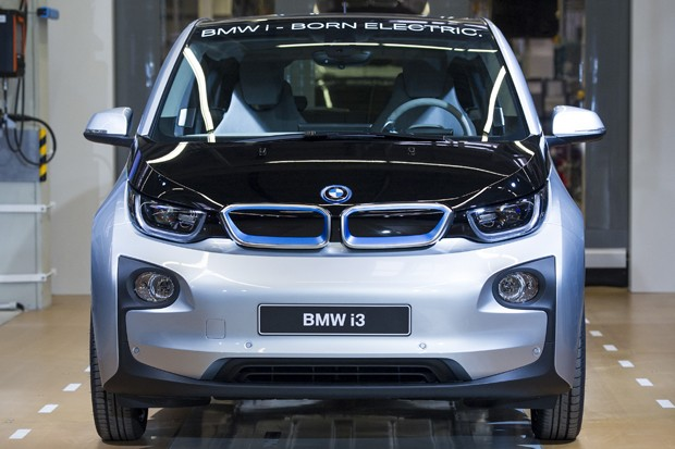 LEIPZIG, GERMANY - SEPTEMBER 18:  A new BMW i3 electric car is seen on the assembly line at the BMW factory on September 18, 2013 in Leipzig, Germany. The i3 is BMW's first mass market electric car and the company has invested EUR 400 million into its pro (Foto: Getty Images)
