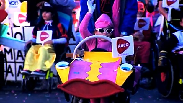 Crianças cadeirantes se divertiram durante a Corrida Maluca em Porto Alegre (Foto: Reprodução/RBS TV)