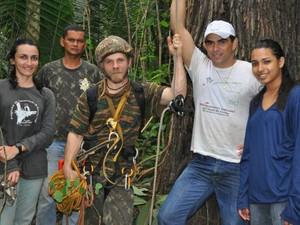 Equipe de pesquisadores que localizou o achado da espécie Harpia harpyja. (Foto: Divulgação)