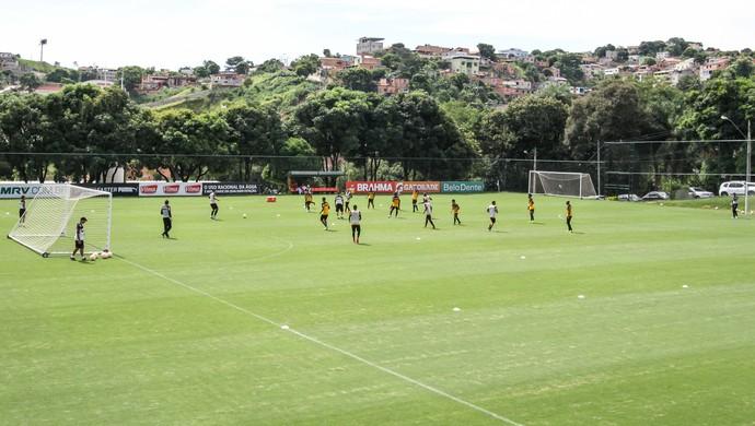 Levir Culpi, técnico do Atlético-MG, comanda treino em campo reduzido na Cidade do Galo (Foto: Bruno Cantini/CAM)