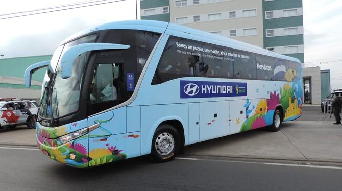 Ônibus deixando o hotel em Porto Feliz para mais um dia de treino (Foto: Alan Schneider)