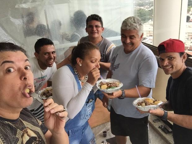 David Brazil com a amiga Flávia Costa e os pedreiros de sua obra (Foto: Divulgação)