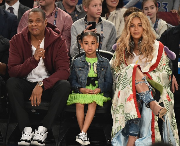 NEW ORLEANS, LA - FEBRUARY 19:  (L-R)  Michael B. Jordan, Jay Z, Blue Ivy Carter and Beyoncé Knowles attend the 66th NBA All-Star Game at Smoothie King Center on February 19, 2017 in New Orleans, Louisiana.  (Photo by Theo Wargo/Getty Images) (Foto: Getty Images)