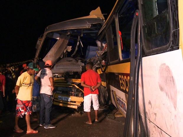 Colisão entre ônibus escolares deixa mortos e feridos (Foto: Reprodução/TV Gazeta)