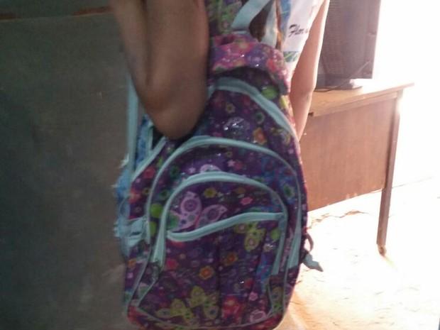 Droga estava na mochila da criança quando a  polícia fez a abordagem  (Foto: Divulgação/Polícia Civil)