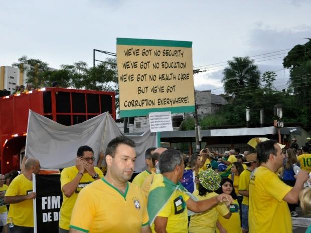Alguns manifestantes em Cuiabá resolveram protestar em inglês. (Foto: Carlos Palmeira / G1)