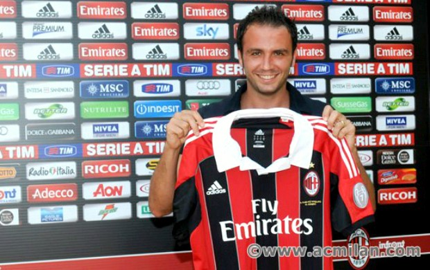 Giampaolo Pazzini Milan (Foto: Reprodução / Site Oficial)