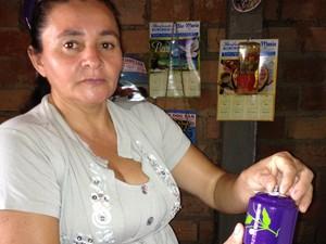 Ivanilda confecciona as panelinhas há oito anos e garante uma renda a mais para sua família (Foto: Neidiana Oliveira / G1)