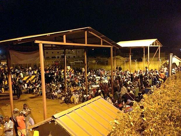 Refugiados permanecem na base da ONU em Juba durante à noite (Foto: PMDF / Divulgação)
