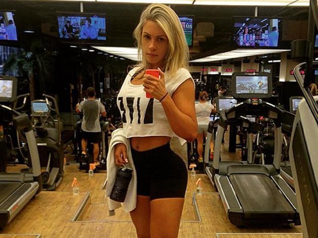 A nutricionista esportiva e fisiculturista Caroline Grillo optou pela aplicação de botox no couro cabeludo para não transpirar na cabeça durante o treino e manter a escova por mais tempo (Foto: Caroline Grillo/Arquivo pessoal)