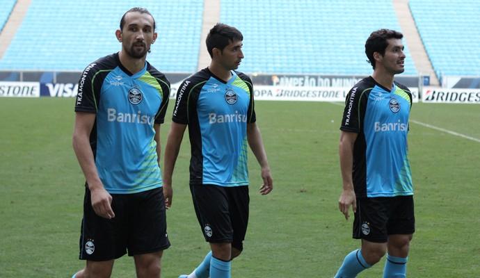 Barcos, Alan Ruiz e Riveros na saída do treino do Grêmio (Foto: Diego Guichard)