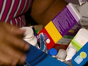 Ana Paula guarda medicamentos para emergências em Ribeirão Bonito (Foto: Rodrigo Sargaço/EPTV)