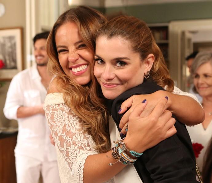 Paolla Oliveira e Alinne Moraes comemoram juntos o fim das gravações de Além do Tempo (Foto: Carol Caminha/Gshow)