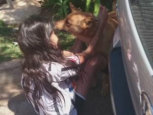 Ainda na rua, Kiara não saía de perto da dona (Foto: Gláucia Souza / G1)