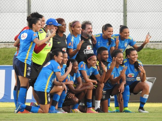 Treino na véspera teve vitória do time de Marta e Formiga no rachão (Foto: Cíntia Barlem)