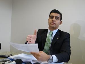 Deputado João Henrique Caldas apresenta dados de irregularidades ocorridas em 2011. (Foto: Derek Gustavo/G1)