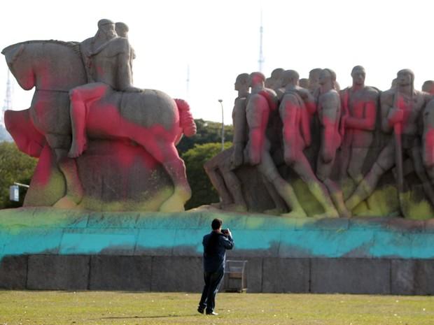 Em SP, o Monumento às Bandeiras amanheceu pintado com tinta colorida nesta sexta (30) (Foto: Felipe Rau/Estadão Conteúdo)