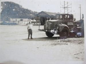 Miguel, quando jovem, e o caminhão da empresa no cais santista (Foto: Miguel Norchese/Arquivo Pessoal)