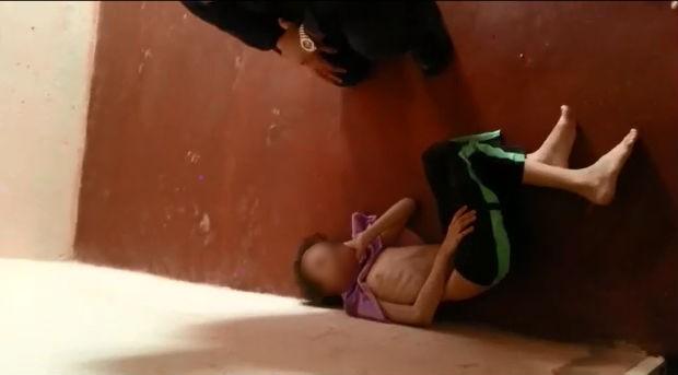 Menina de 7 anos foi encontrada pela PM em cômodo vazio e escuro, com desidratação e desnutrição (Foto: Polícia Militar/Divulgação)