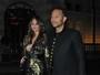 Chrissy Teigen, decotada, exibe parte do seio em passeio com John Legend