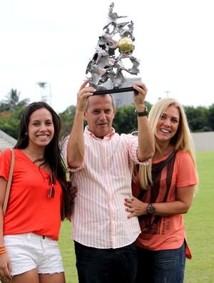 Jânio Moraes, presdiente do Nova Iguaçu, com sua filha Janine e a esposa Mazinha (Foto: Site Nova Iguaçu)