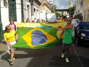 Manifestantes saíram em passeata pelas ruas de Itu (Foto: Moisés Soares/TV TEM)
