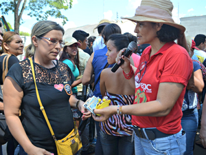 Servidores fizeram 'vaquinha' para ajudar professora do interior (Foto: Aline Nascimento/G1)