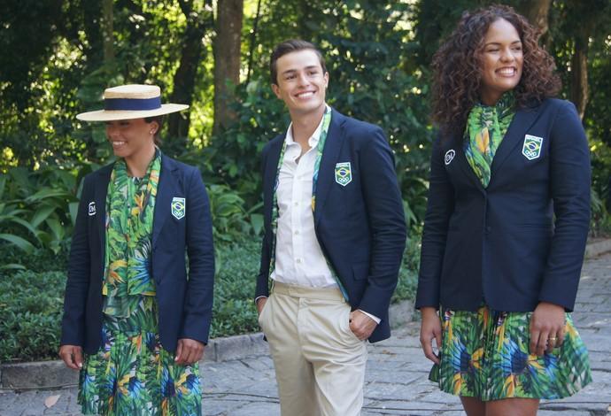 Atletas do Time Brasil mostram uniforme de cerimônias de abetura e encerramento (Foto: Thierry Gozzer)