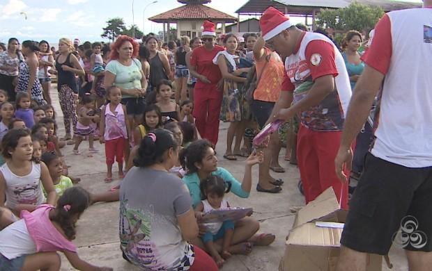 Corporação doou cestas básicas e brinquedos em comunidade de Macapá (Foto: Amapá TV)
