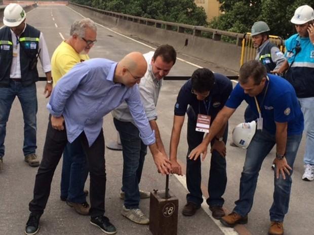 Prefeito, secretário e técnicos se preparam para detonar o Elevado da Perimetral (Foto: Mariucha Machado/ G1)