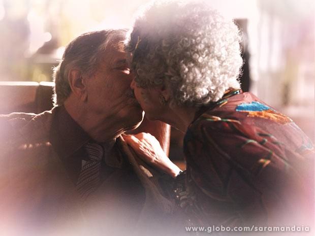 Tibério e Candinha se vêem apaixonados depois de tantos anos (Foto: TV Globo/Saramandaia)