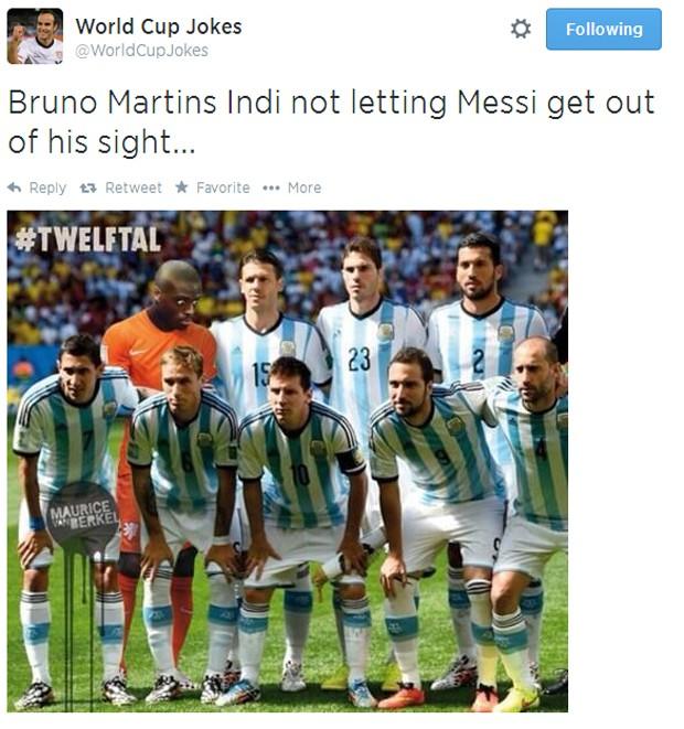 Nem na hora do hino, Bruno Indi saía da cola de Messi (Foto: Reprodução/Twitter)