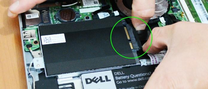 Conecte o cabo de energia e dados no SSD (Foto: Reprodução/Adriano Hamaguchi)