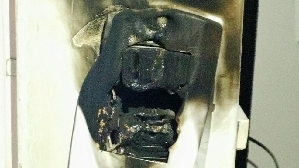 Tomada pegou fogo após carregador explodir em João Pessoa (Foto: Dann Costara/Reprodução)