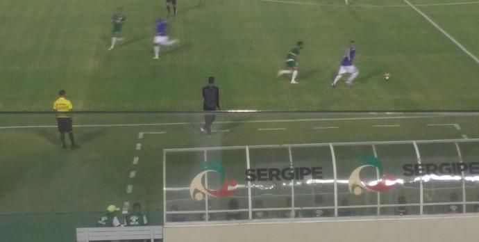 Clériston usa muleta para se apoiar em campo (Foto: Osmar Rios / GloboEsporte.com)