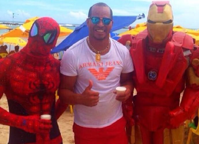 """Aloísio Chulapa posta foto com """"super-heróis"""" (Foto: Reprodução/Facebook)"""